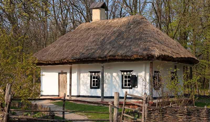 Kuća sa krovom od slame